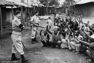 Polizia britannica a guardia di sospetti Mau Mau in Kariobangi nel 1953