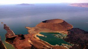 Ripresa aerea del lago Turkana con South Island e il cratere Nabiyotum-Vacanze Kenya